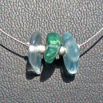Elegantes Drahtcollier mit  3 Stücken weissem Seeglas und diamantierten Silberperlen
