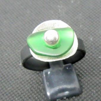 Kautschukring mit grünem Seeglas auf gebürstetem Silber