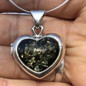 Silbernes Amulett / Medaillon als Herz mit  grünem Bernstein , AUFKLAPPBAR