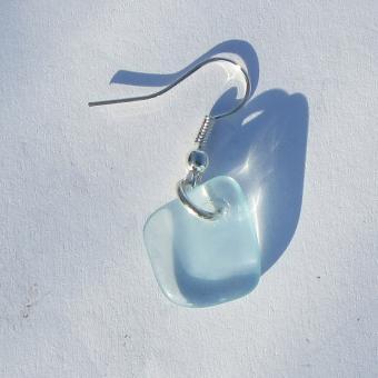 Ohrhänger mit hellblauem Seeglas