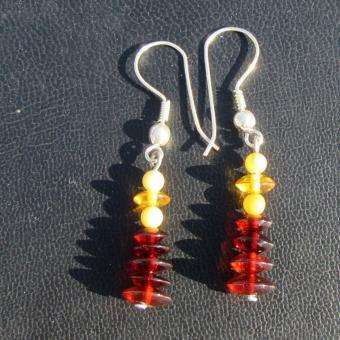 Schicke Ohrhänger mit verschiedenen Bernsteinscheibchen und perlen