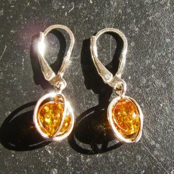 Extravagante Ohrhänger aus sonnengelben Bernsteinperlen im Silbergeflecht