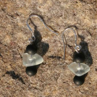 Ohrhänger aus transparentem Seeglas mit schwarzen Glasperlen