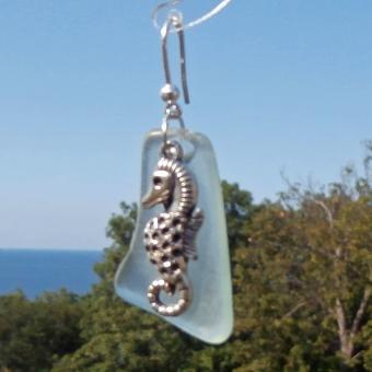 Ohrhänger mit weissem, transparenten Seeglas und Seepferdchen