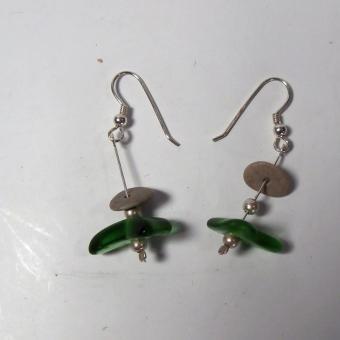 Ohrhänger mit grünem Seeglas und kleinem, grauen Ostseekiesel