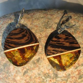 Wunderschöne rundliche Ohrhänger aus poliertem Bernstein und Holz / UNIKAT