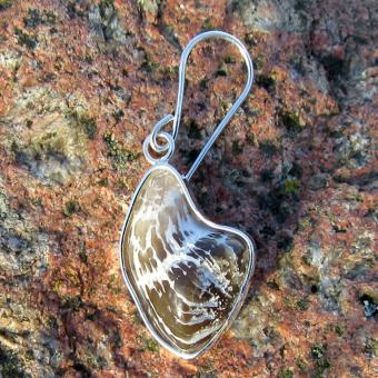 Schicker Ohrhänger mit einer, in Silber eingefassten, polierten Koralle !!! Designerstück !!!