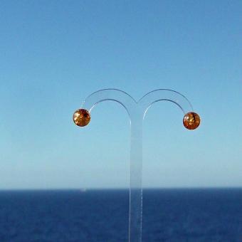 Ohrstecker mit polierten, kognacfarbenen Perlen aus Bernstein