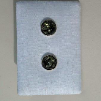 Runde Ohrstecker mit  in Silber gefassten, grünem Bernstein