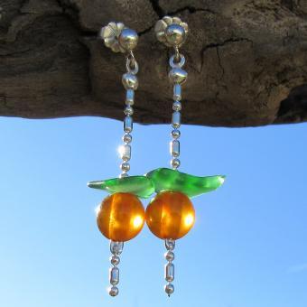 Wunderschöne Ohrstecker mit Bernsteinperle und grünem  Seeglas an einer Silberkette