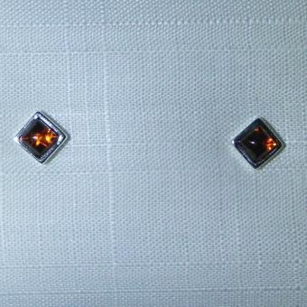 Quadratische Ohrstecker mit  in Silber gefassten, kognacfarbenen Bernstein
