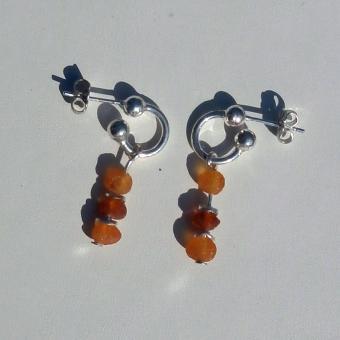 Ohrsteckercreolen mit kleinen, unpolierten Bernsteinen und Silberscheibchen dazwischen