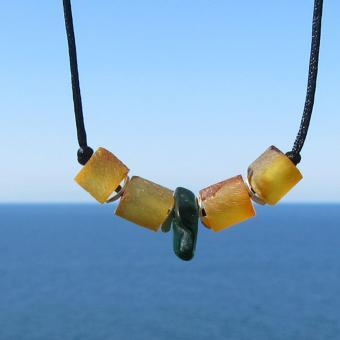 Schickes Seidencollier aus unpolierten Bernsteinwalzen,  Silberscheibchen und Seeglas