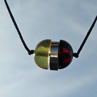 Edles Nyloncollier mit 2 verschiedenen Bernsteinhalbkugeln und Silber dazwischen