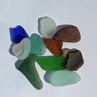 10 Stücken Seeglas, unpoliert bis 2 cm