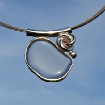weisses/transparentes Seeglas vom Rügener Strand, poliert, in Silber gefasst